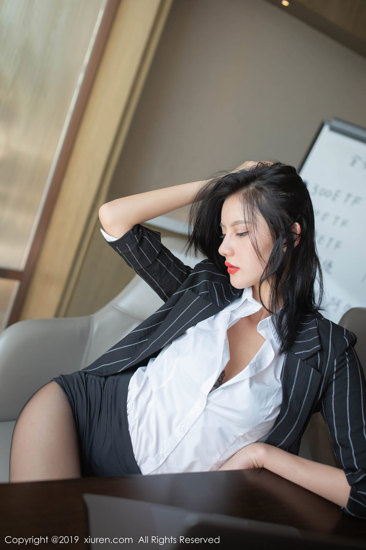 她是这样一个姑娘,知书达理,口吐芬芳,儒雅随和,就算她动不动和老板顶 撞,谁惹她不爽就爆骂